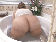 SHARON'S Bouncy Tub